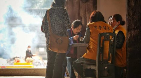 On the Streets of Chongqing - Daily life at Huayan Temple